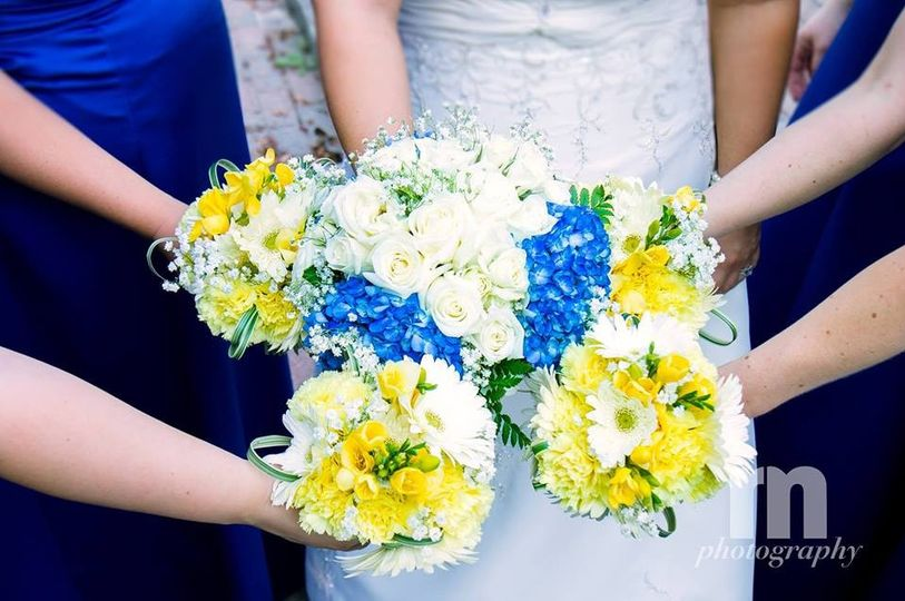 Elegant and country mix of blues, yellows and whites.
