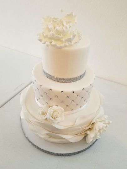 Cake with dotted tier