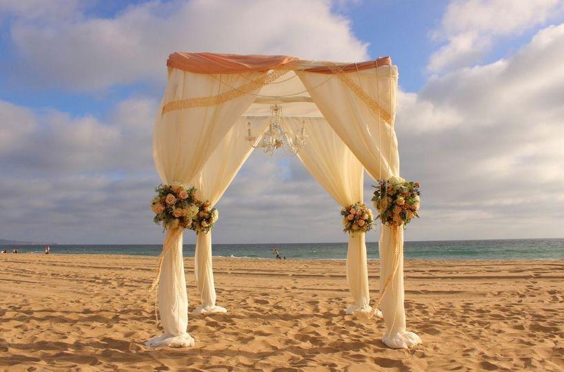 Creamy wedding arch