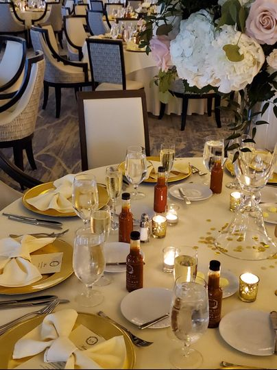 Table setting gold