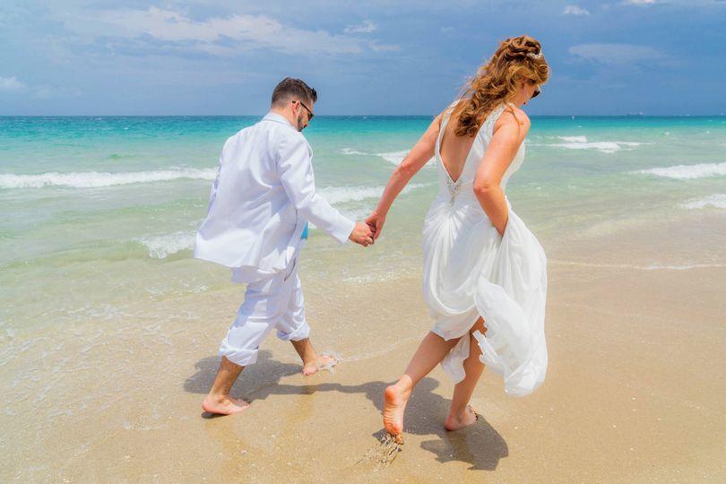 800x800 1499551626060 Ocean Manor Beach Resort Wedding Holding