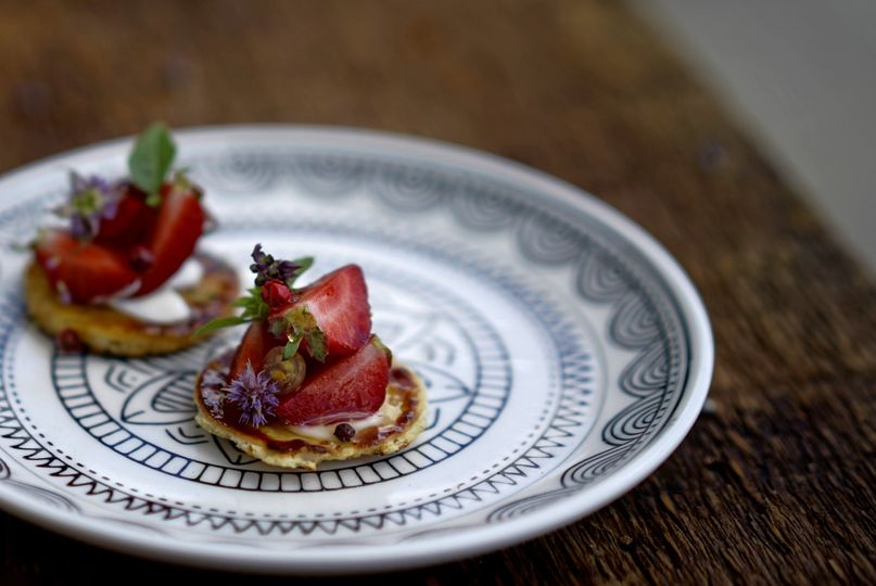 Canapés | vegan summer strawberry flatbread