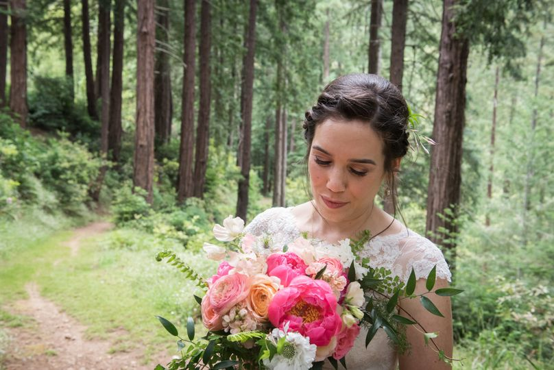 Beautiful bride and bouquet - Photo: Tia and Claire Studio