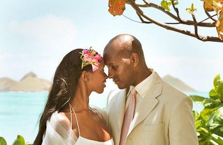 couple kissing beach oahu hawaii