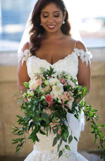Bride holding bouquet | Isil Dohnke