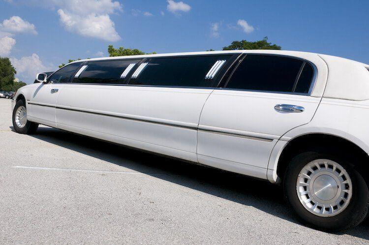 white stretch limousine 51 1028783