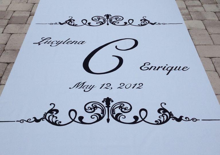 Black lettering on a white aisle runner, so elegant!