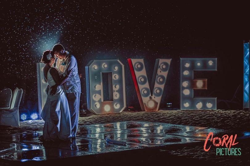 LED DANCEFLOOR AND LOVE SIGN