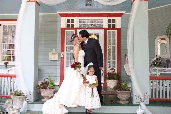 Taryn & Dave married on the inn's front veranda...So pretty!