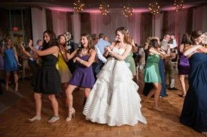 The bride with their guests' dancing