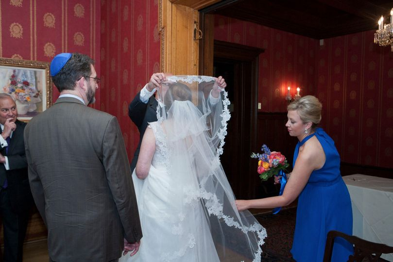 "The ""bedekken"" (veiling of the bride) ceremony specially adapted for an interfaith wedding"