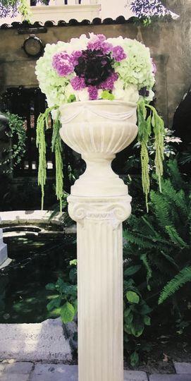 Roman pillar and urn (set)