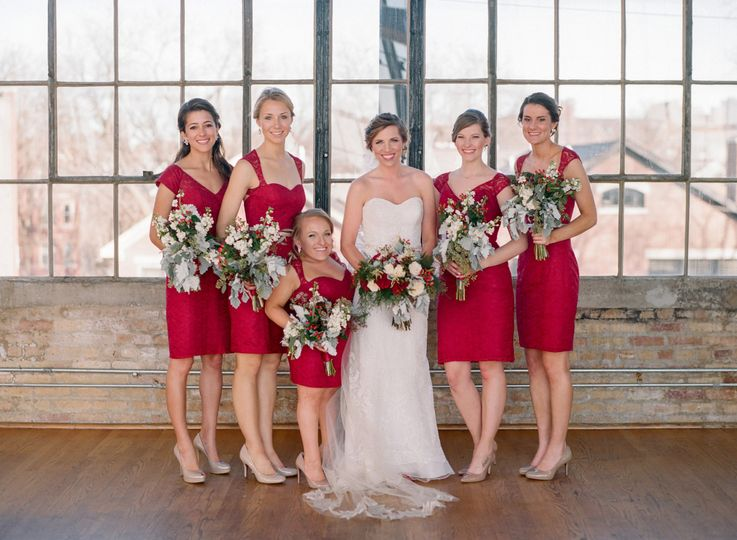 Group photo with the bridesmaids and the bride