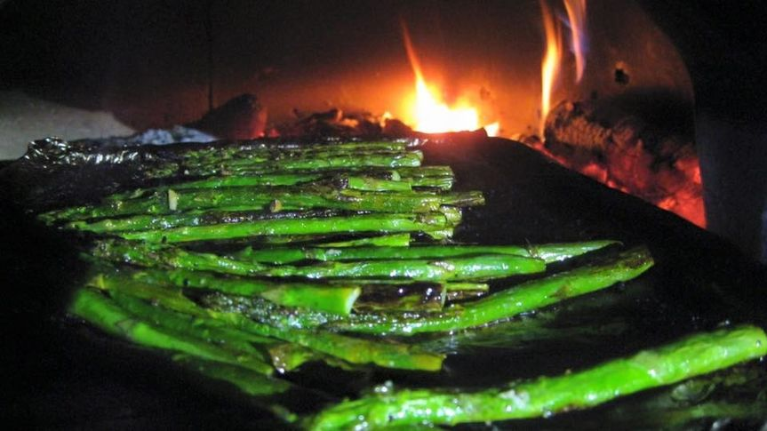 asparagus in wood fire