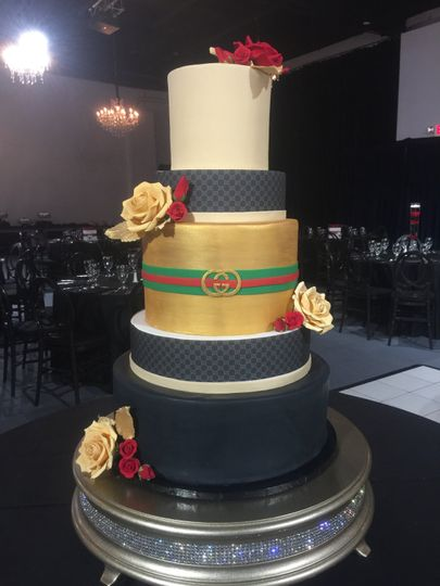 Wedding cake with gold center tier