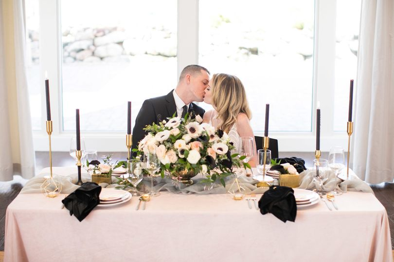 Kiss at the sweetheart table