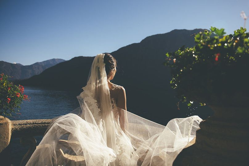 Photo of the bride by the lake