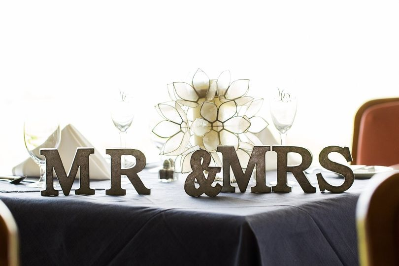 Head table lettering decor | Photo by Daissy Torres Photography