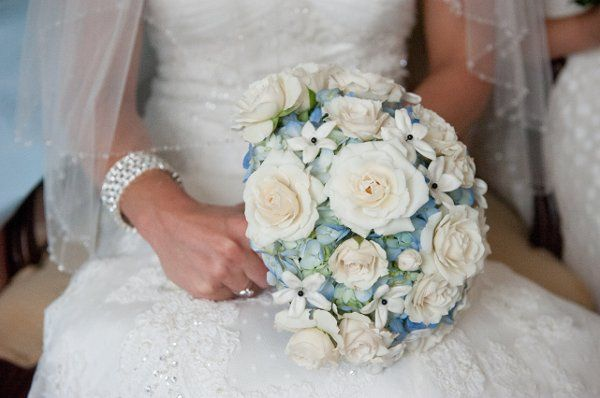 White bouquet with blue hues