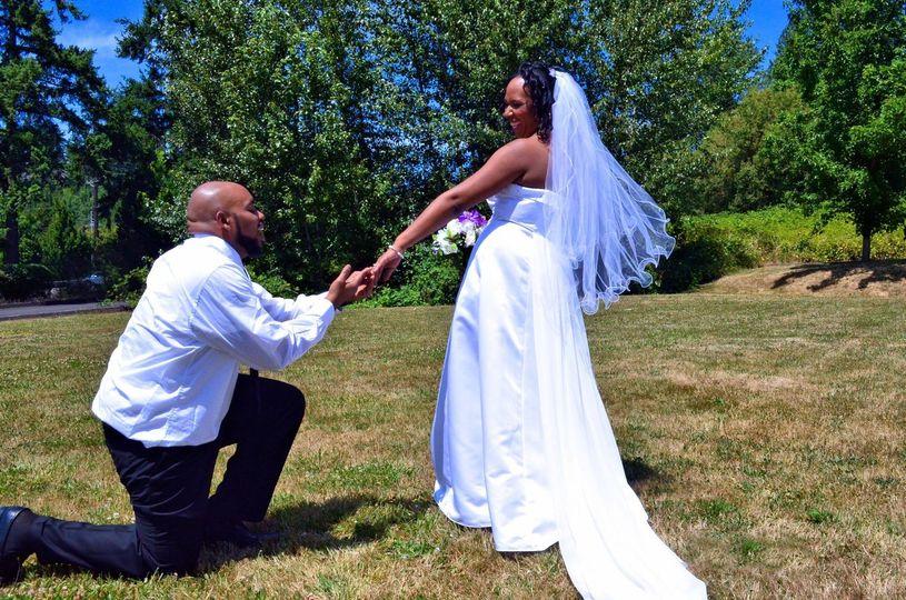 RM STUDIOS PHOTOS: Bride & groom lawn pic