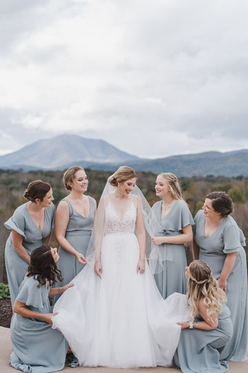 Helping the bride | Marybeth marlow photography