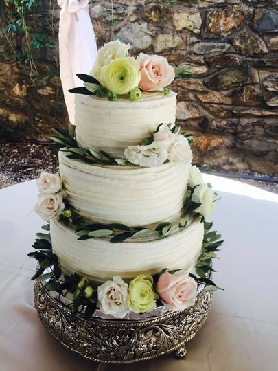 Rustic buttercream and floral design.