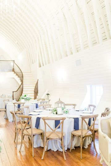 White and navy blue linens | Photo by Anna Taylor Photography