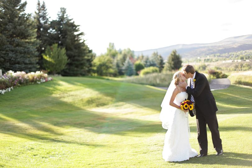 Couple's Scenic portrait and kiss