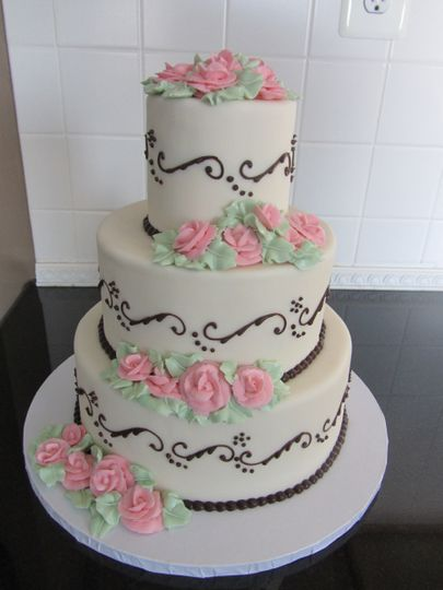 Elegant cake with pink roses