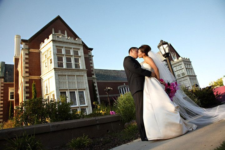 Couple kiss | Photo by: Geoff White Photographers