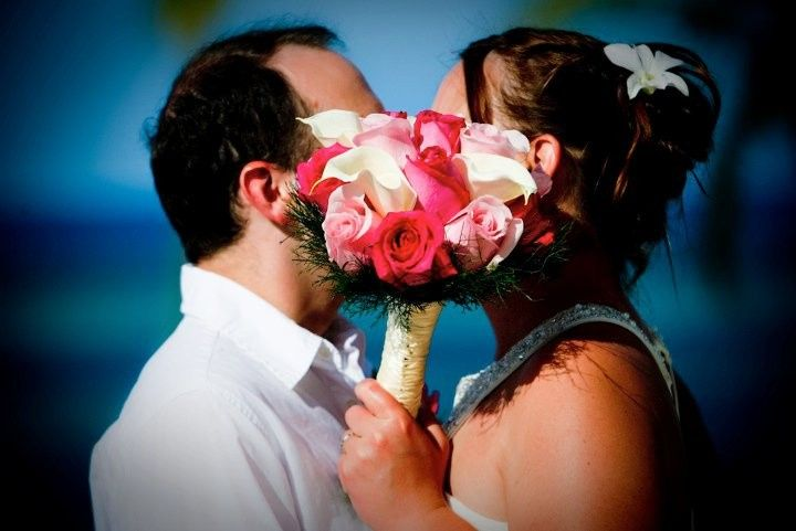 Kiss behind a bouquet