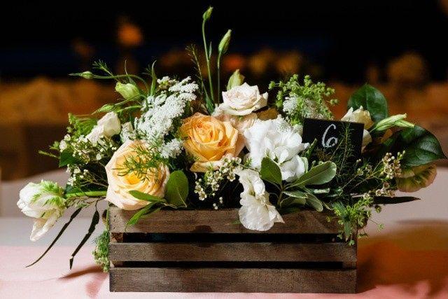 Flower arrangement for table centerpiece