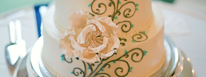 Floral details on wedding cake