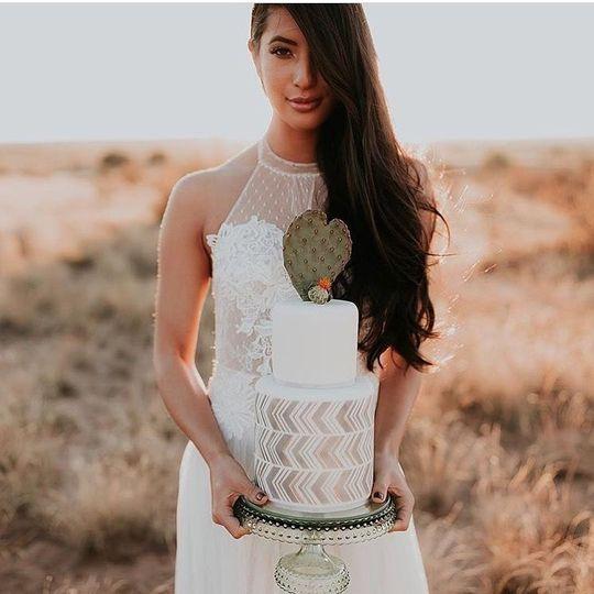 Bride holding a cake | Photographer: Alicia Lucia