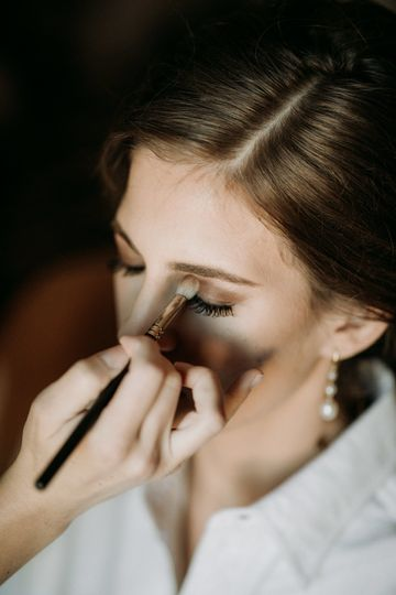 Bride getting ready | Photographer: Brandon Harwell