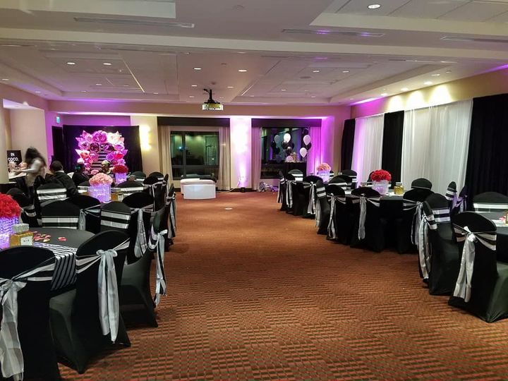 Black tables and gray chair bows