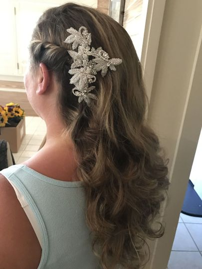 Wavy hair with accessory