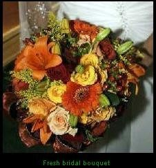 Fresh floral bridal bouquet in autumn tones.