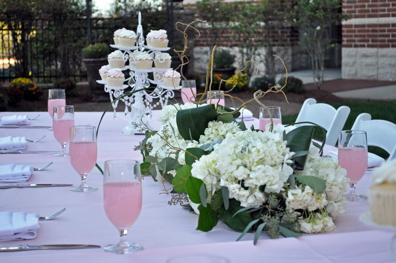 Floral centerpiece and cupcakes