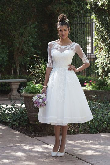Sincerity Bridal	4000		Classic romance is created by this tea length gown. Embroidered lace...