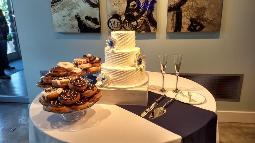 Simple wedding cake with a touch of blue