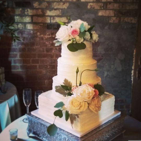 Wedding cake with square bottom