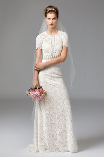 Alma 1013		Alma is classic romance with a modern twist. Baroque Lace is thoughtfully-placed on...