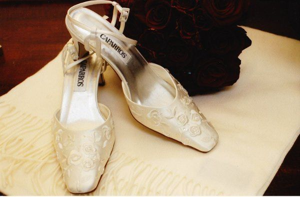 The bride's shoes and bouquet
