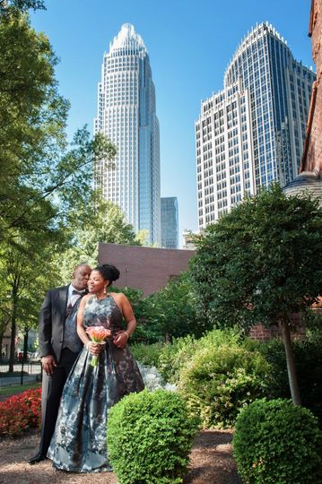 800x800 1494436528814 bride and groom kissing with skyscrapper