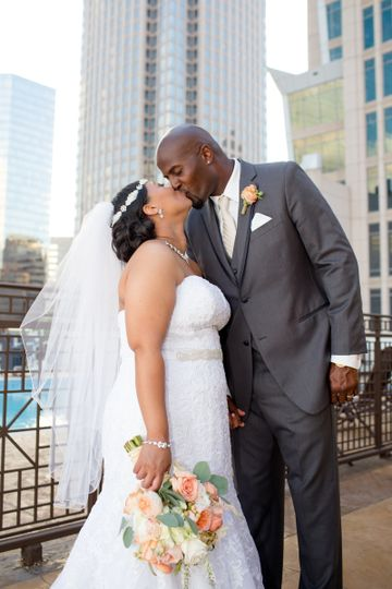 800x800 1494436778206 bride and groom kissing with skyscrapper close up