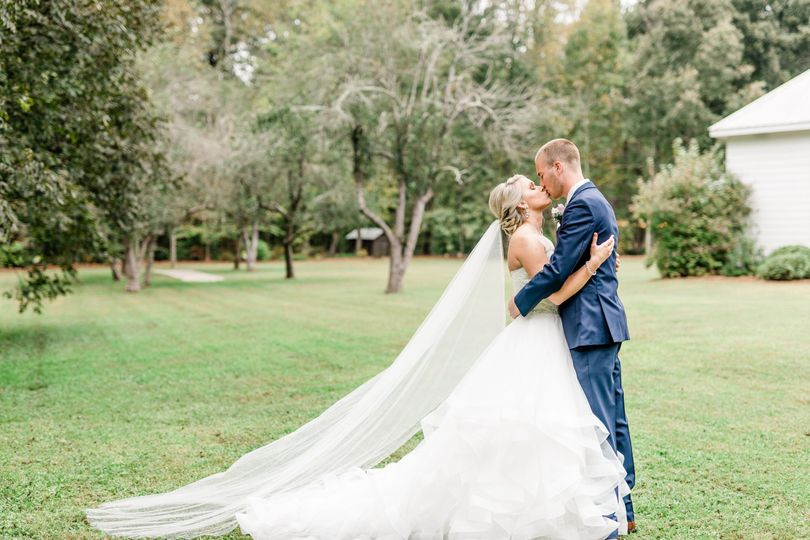 Newlyweds kissing | Virginia Greene Photography