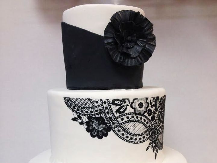 Tmx 1533825092 20ffc2c38e77e59c 1533825091 19e3d7df93b0438b 1533825077543 5 Black And White Arlington, District Of Columbia wedding cake