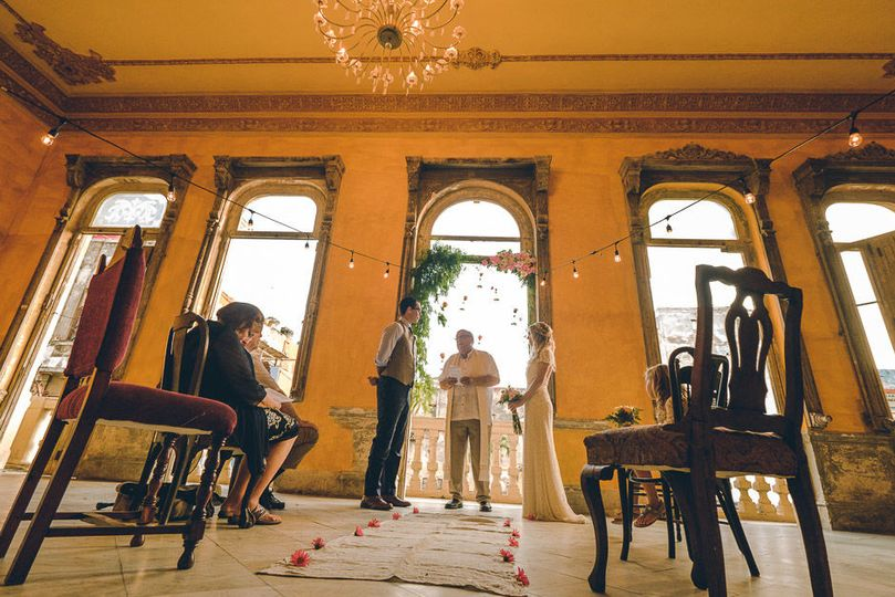 wedding ceremony at La Guarida restaurant Paladar, wedding planning and bouquet by coordinatecuba