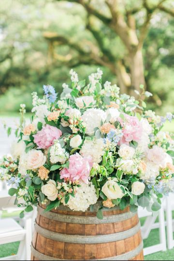 Amanda Bee Floral knocked this Spring wedding out of the park!